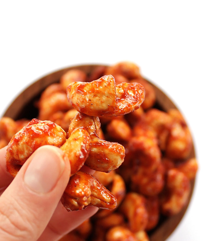 Sriracha Honey Roasted Cashews - The perfect recipe for a healthy snack. Sweet, spicy and crunchy. So EASY to make, cashews, honey, and sriracha! | robustrecipes.com