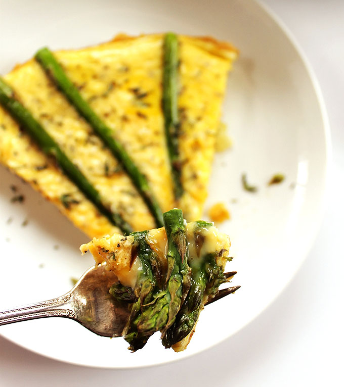 Asparagus Frittata - A healthy, yummy, breakfast/brunch that can be served in 30 minutes! Perfect recipe to make for guests or enjoy on weekends! Vegetarian/ Gluten Free | robustrecipes.com