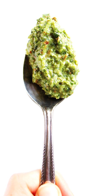 Homemade Arugula pesto for roasted cauliflower soup! EASY recipe to make! Vegan/Gluten Free/Dairy Free | robustrecipes.com