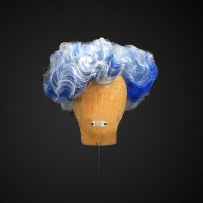 Parrucca con ciocche bianche e blu