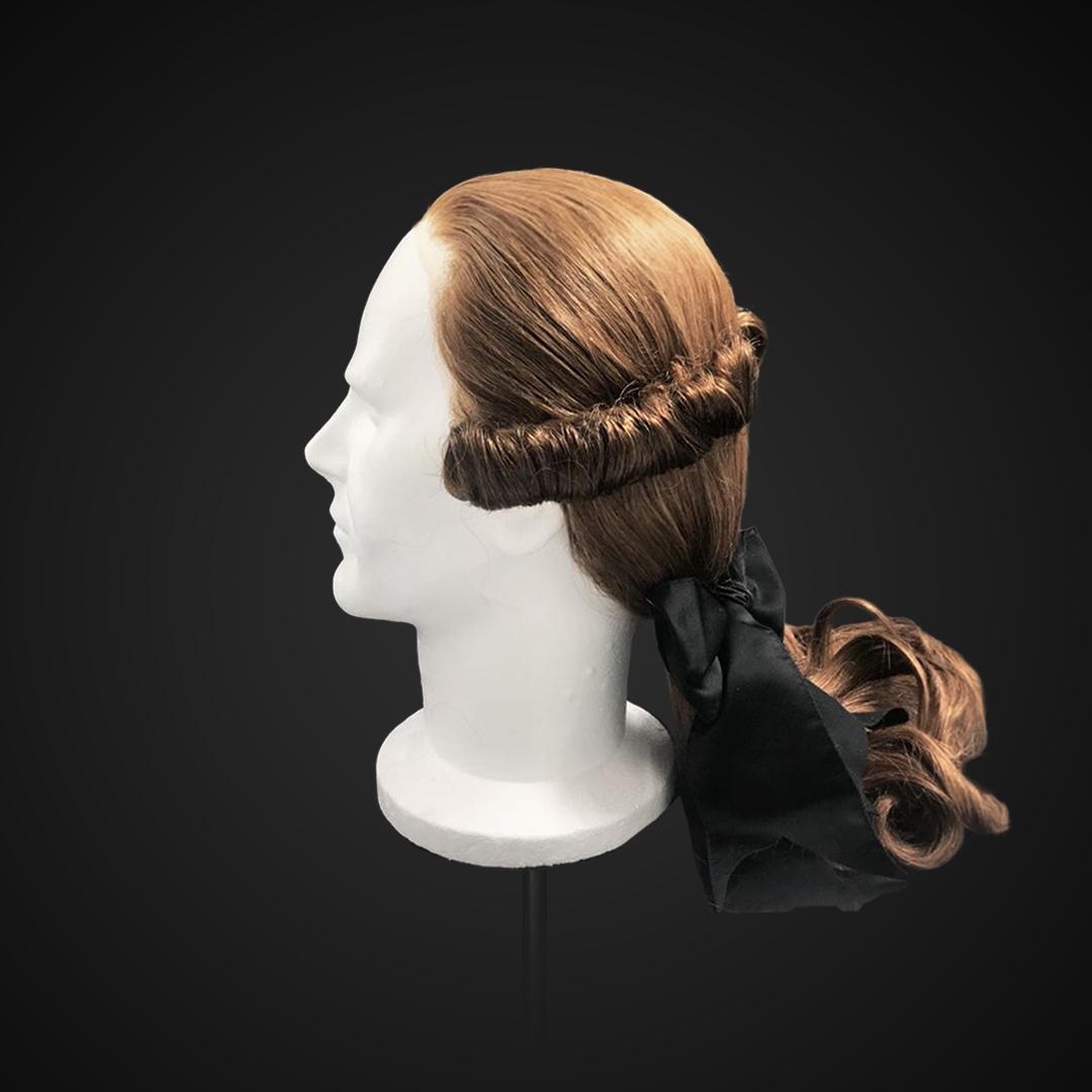 Parrucca castana con codino