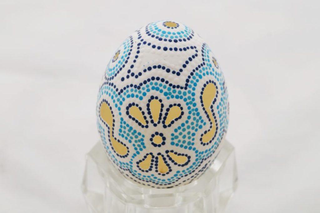 Huevo tallado y decorado con técnica de puntillismo