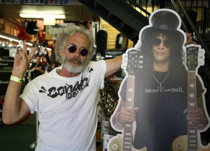 Tony Hudson y la maqueta de Slash, su hijo.