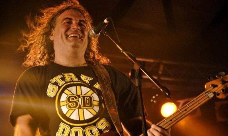 Fernando Madina, cantante y bajista del grupo de rock Reincidentes.