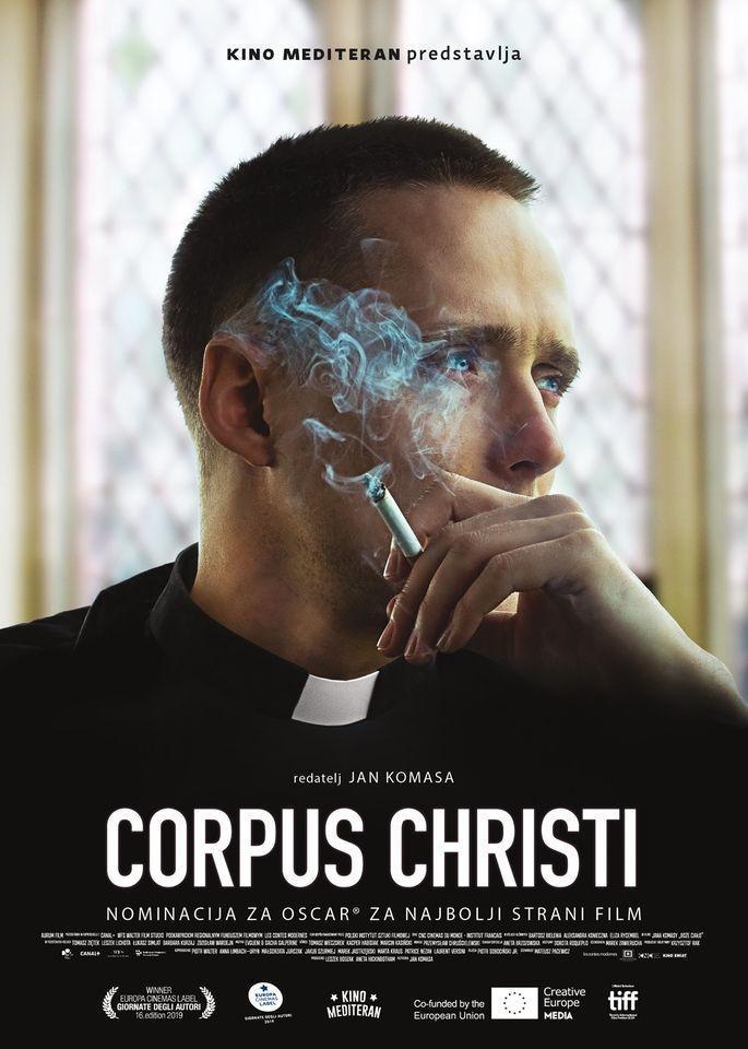 Poster de la película Corpus Christi en donde el cura protagonista aparece en un primer plano fumando