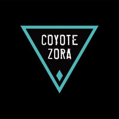 Logo de Coyote Zora, un triángulo verde invertido sobre fondo negro enmarcando el nombre del grupo