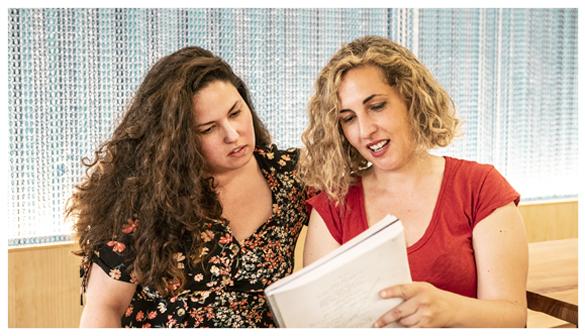 Laura Galán y Carlota Pereda leyendo el guion de la película 'Cerdita'