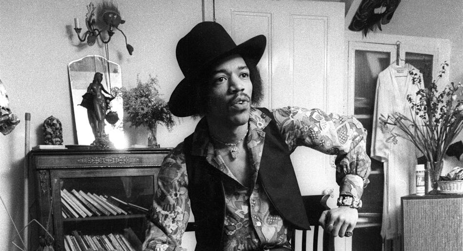 384A_8. Jimi Hendrix at 23 Brook Street, 1969. Credit (c)Barrie Wentzell-1