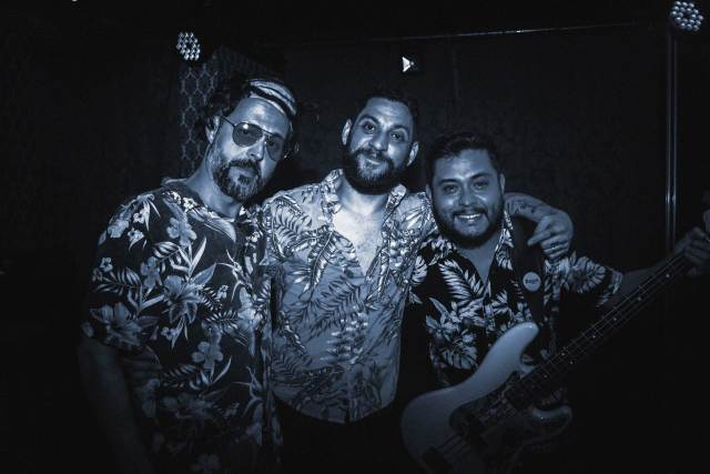 Combover satiriza esmola por likes em novo single