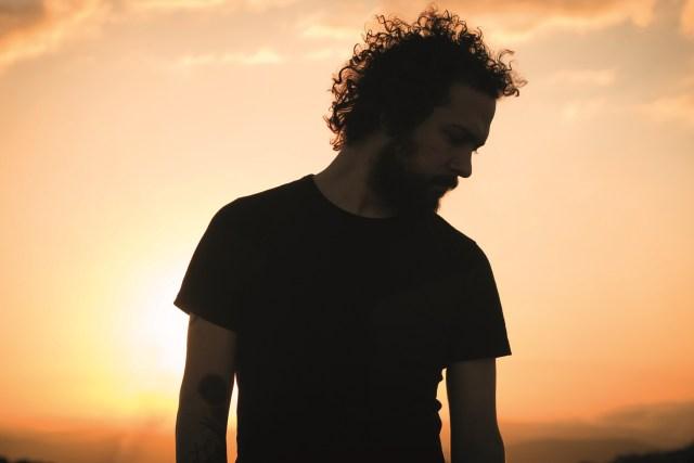 Lennon Fernandes: compositor, produtor, cantor e multi-instrumentista lança novo trabalho