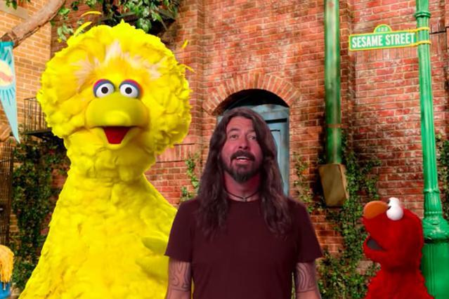 Dave Grohl canta com os Muppets em 'Vila Sésamo'
