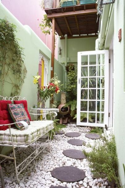Small courtyard garden with seating area design and layout 50