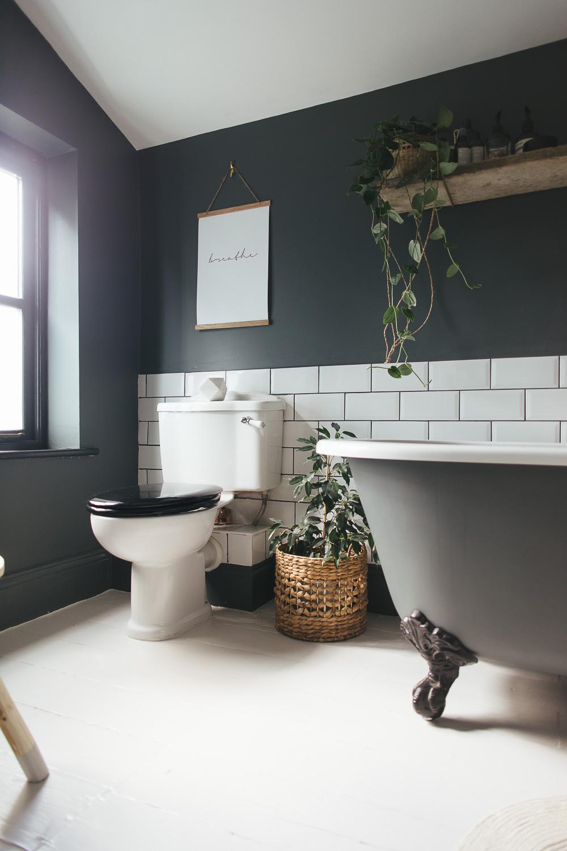 Choosing a light or dark bathroom colour scheme for a ... on Small:e_D8Ihxdoce= Restroom Ideas  id=52896