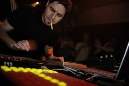 Gui Boratto, DJ signé chez Kompakt mais aussi remixer renommé dont les influences vont du rock à la techno, prendra les commandes de l'iBoat le 18.