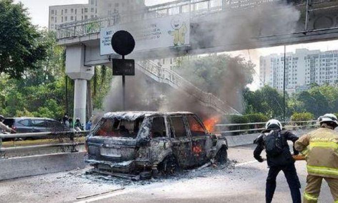 mobil terbakar apar