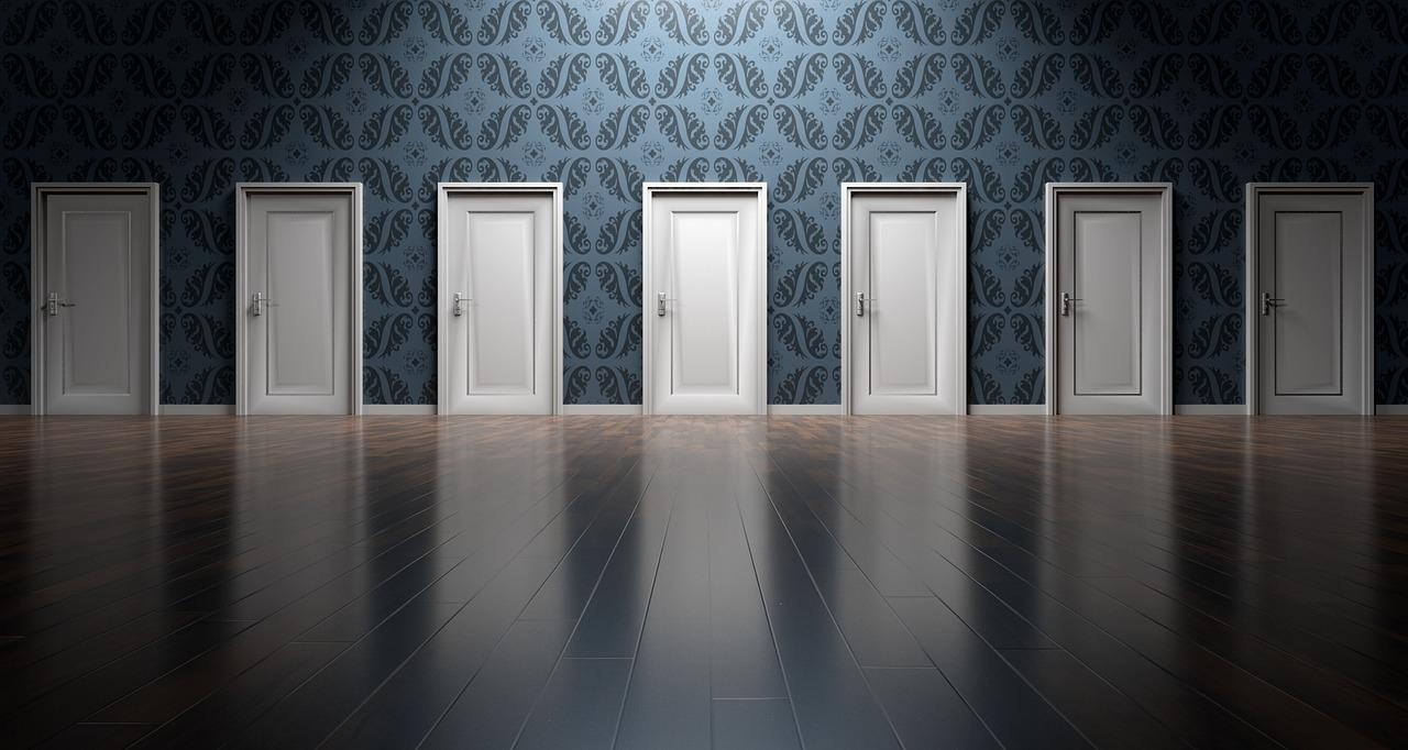 扉が多く並んでいる