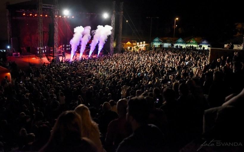 Ohně, kouře a mlha – to vše bylo vidět na Magmafestu během vystoupení kapel.