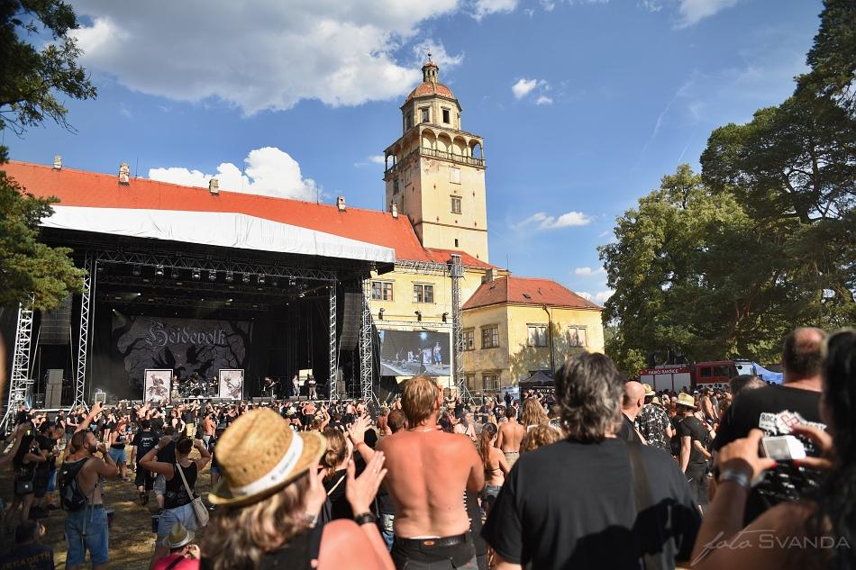 Zde se koná festival v zámeckém parku v Moravském Krumlově