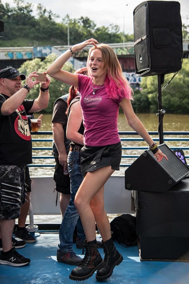 Fans Alkeholu na lodi Odra