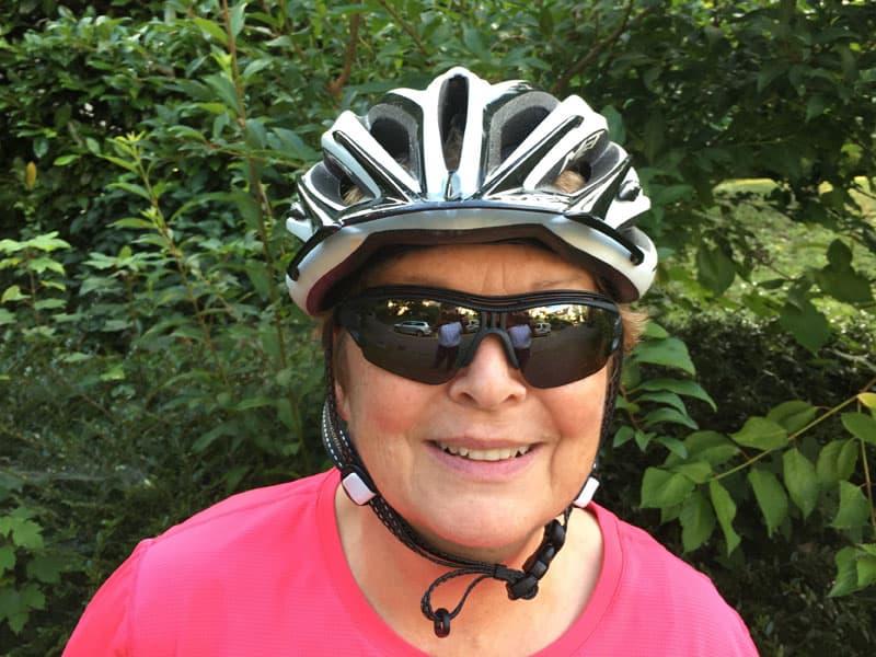 Velofahrerin mit Sportbrille