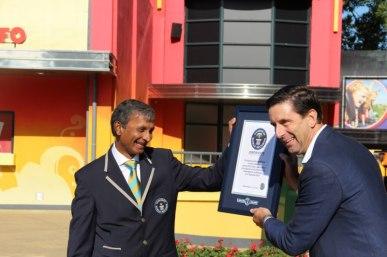 Officieel Guiness-jurylid Pravel Patel overhandigt het certificaat aan college van bestuur van Guido de Bres
