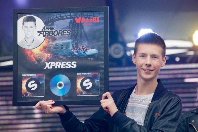 1. Dj Erik Arbores krijgt eerste officiële plaat overhandigd na de officiële release in Walibi Holland