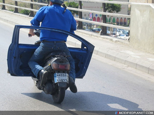 Le Meilleur Scooter Driver Finds Creative Way To Carry Car Door Ce Mois Ci