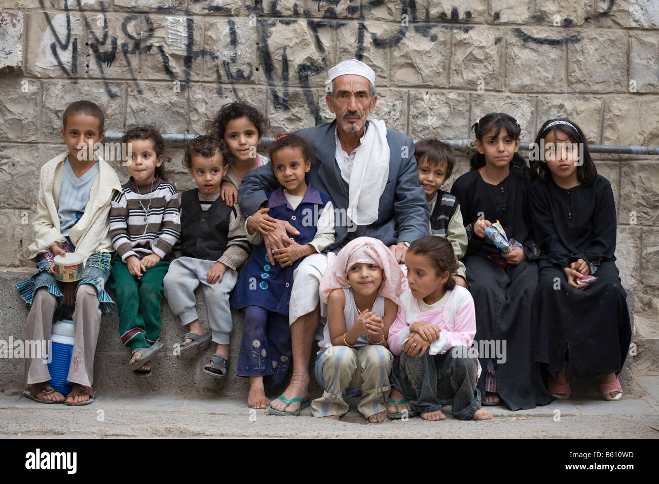 Le Meilleur Old Man 70 75 Years Old Surrounded By Children San A Ce Mois Ci