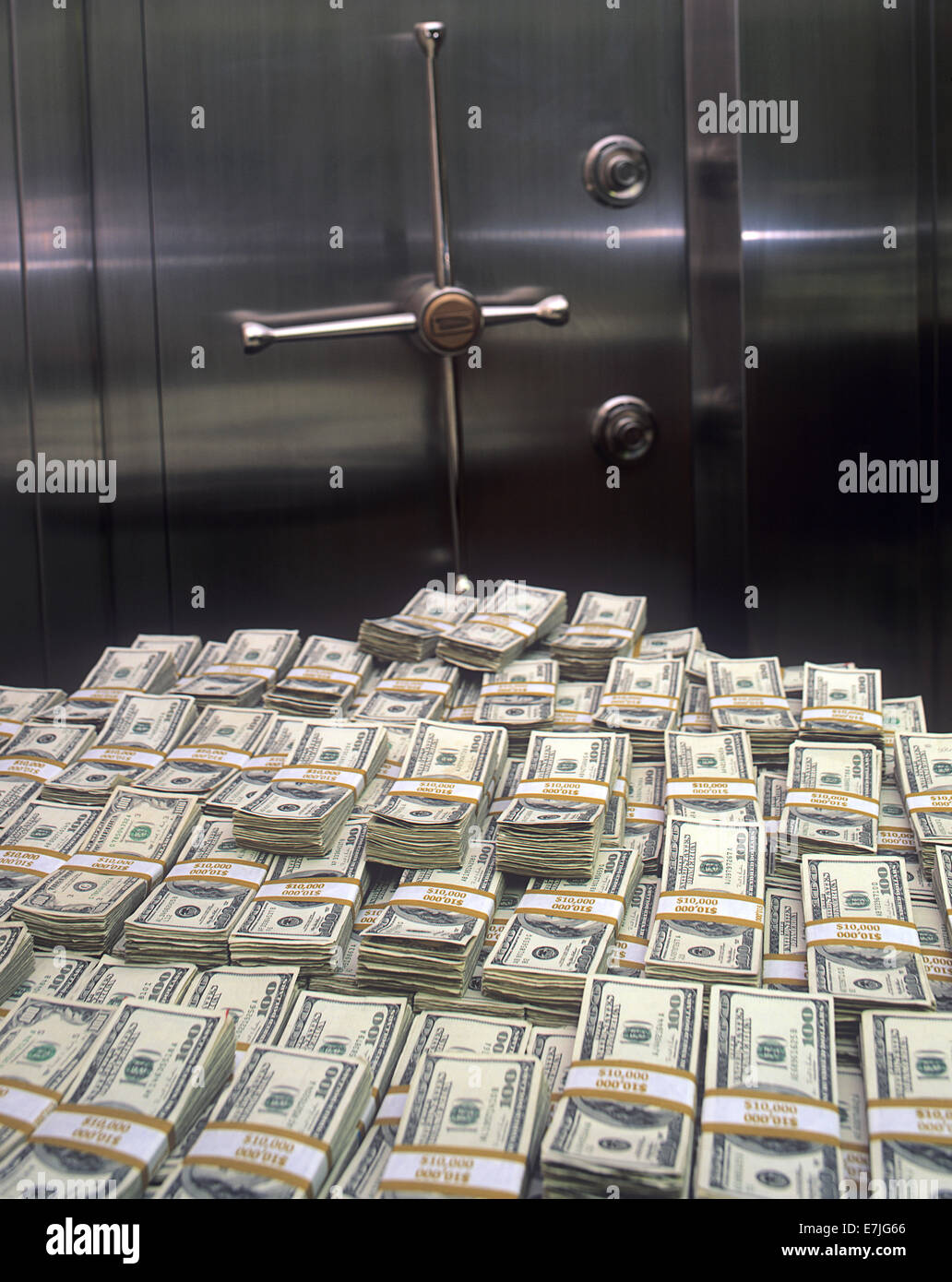 Le Meilleur Stacks Of 100 00 U S Bills In Front Of Bank Vault Door Ce Mois Ci