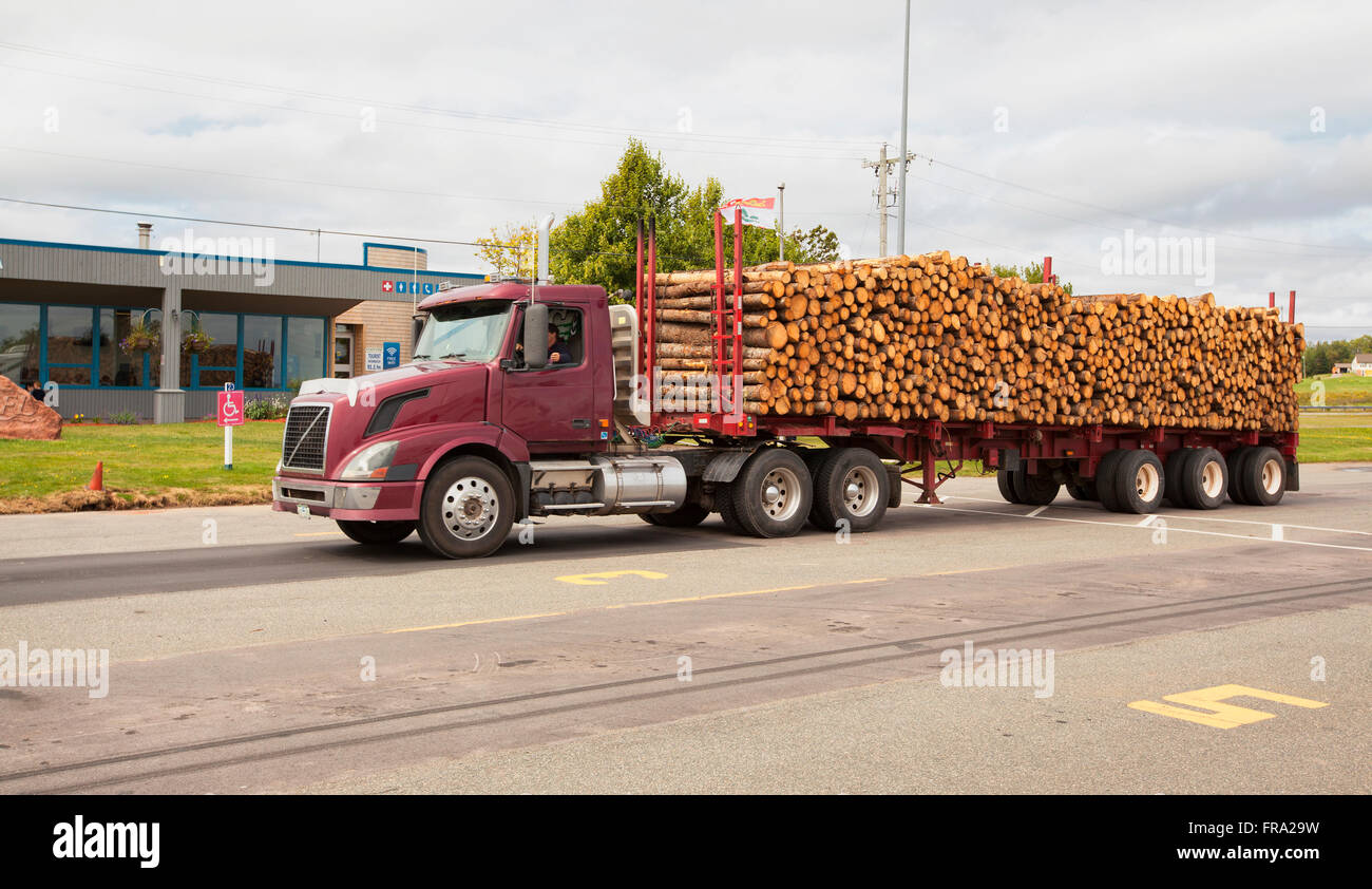 Le Meilleur Truck Carrying Heavy Load Stock Photos Truck Carrying Ce Mois Ci