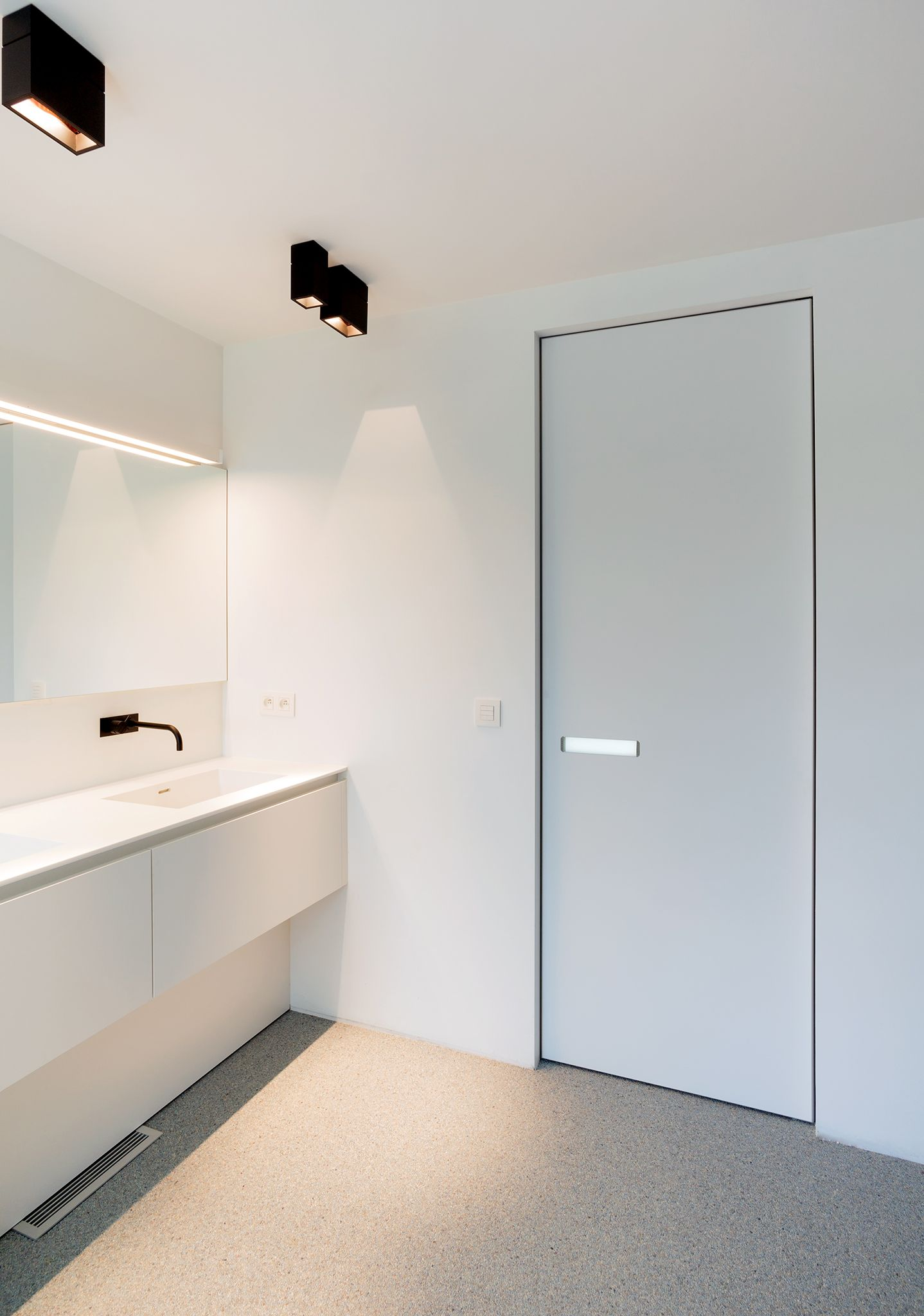 Le Meilleur White Interior Door With Invisible Door Frame And A Built Ce Mois Ci