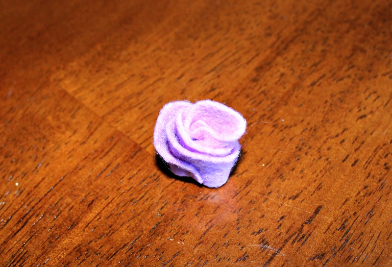 Felt roses are very easy to make and require just a small piece of felt, scissors and glue or thread.