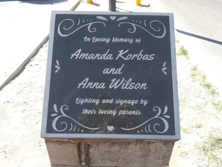 memorial-plaque-traffic Rinden homenaje a jovencitas fallecidas