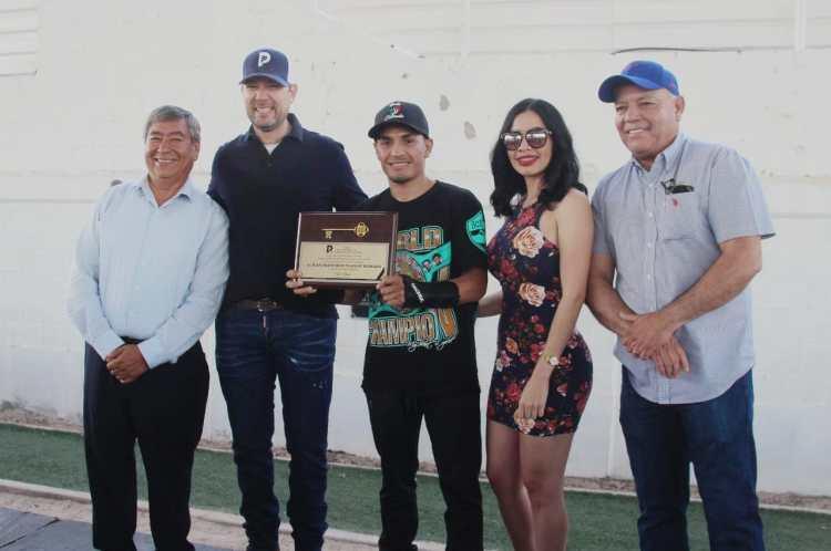 "gallo-1-1200x797 World Champ ""El Gallo"" Estrada receives key to the city"