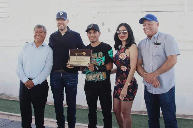 "gallo-1-1200x797 World Champ ""El Gallo"" Estrada receives key to the city"