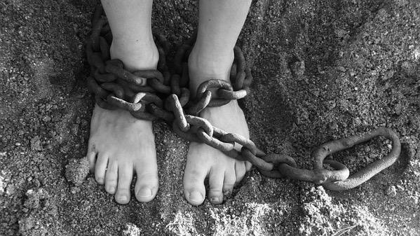 足を鎖につながれて不自由な人