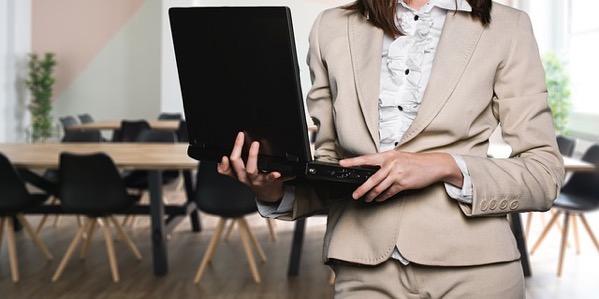 パソコンを持っているコンサルタントの女性