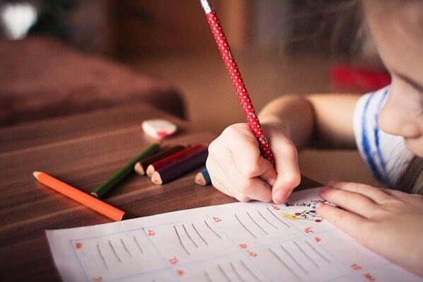 子供がノートに絵を描いているところ