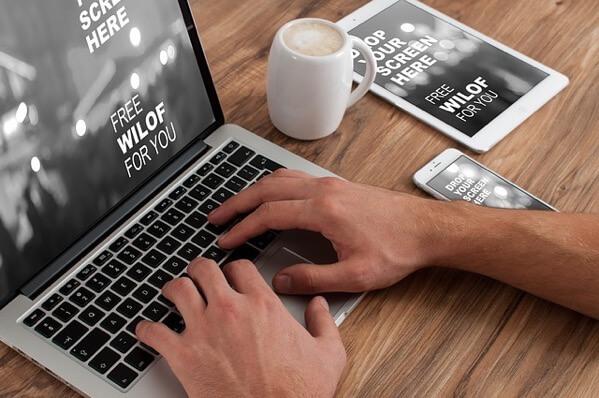 MacBookで作業している人