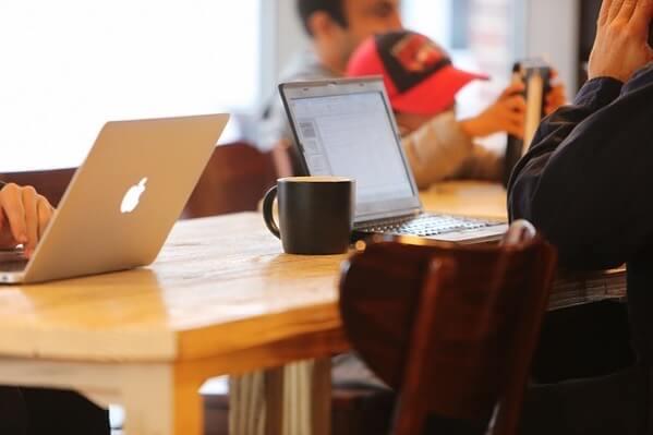 カフェでネットをしている人