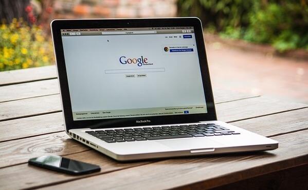 MacBookがGoogleを表示させている