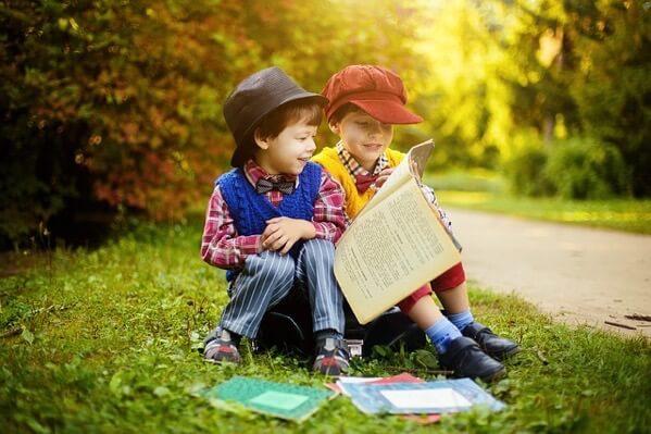 読書をしている少年たち