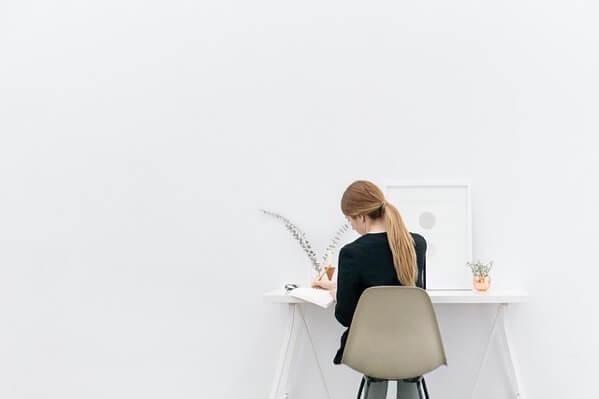 物を書いている女性