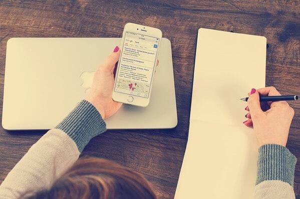 iPhoneとノートと万年筆