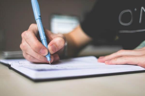 ノートに何かを書いている