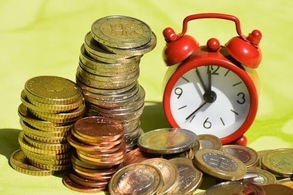 目覚まし時計とコイン