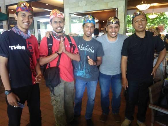 Baru Mendarat di Bali. Dari Kanan. Mario Devan, Heri Setiawan, R2M, Mas Priyo, Aripitstop.