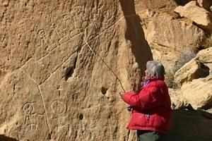 Os sinais gravados na rocha, que falam da profecia dos peles vermelhas da nação Hopi.