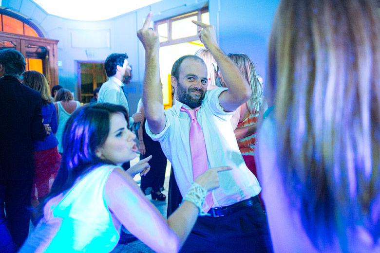 foto divertida diferente de casamiento
