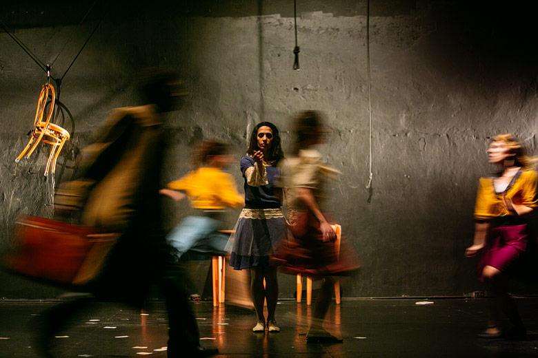 fotos de planos paralelos obra de teatro de danza aerea